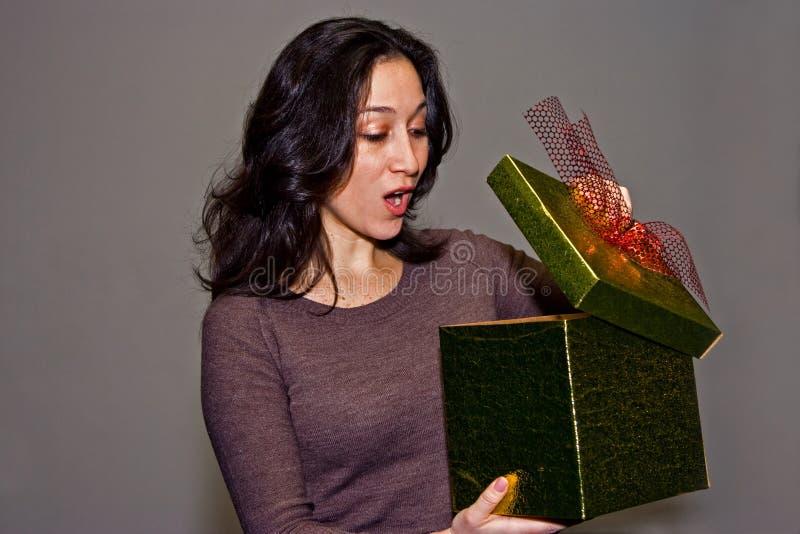 Frau überrascht durch Geschenk lizenzfreies stockfoto