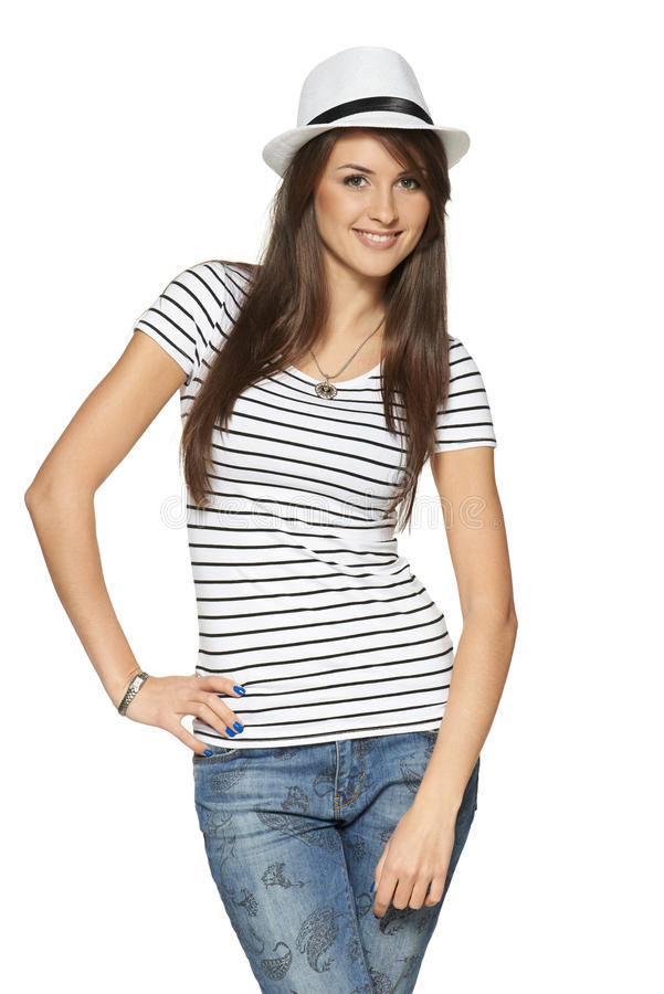 Frau in abgestreiftem T-Shirt und im weißen Strohhut stockfoto