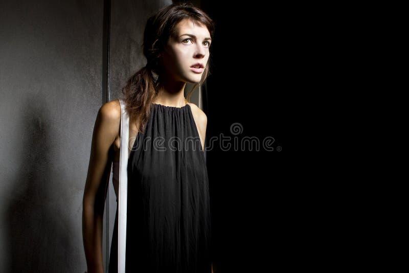 Frau allein in einer dunklen Gasse lizenzfreies stockfoto