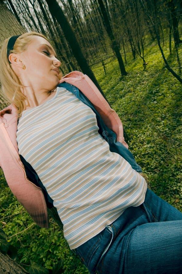 Frau alleine im Wald stockfoto