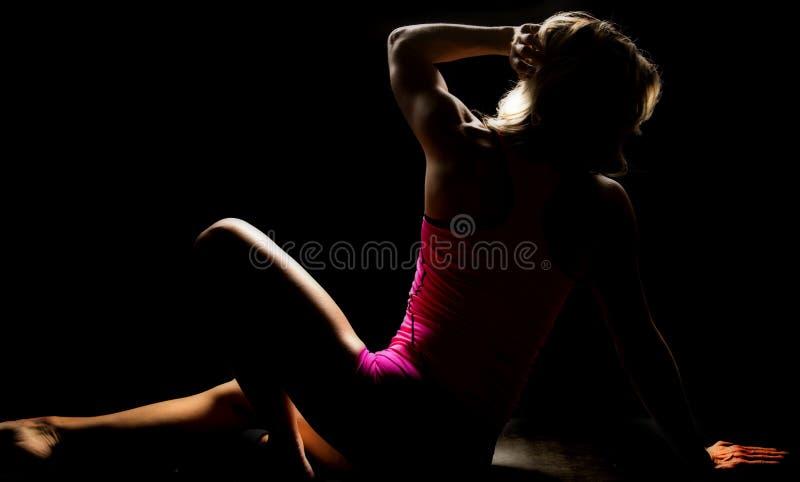 Frau in allem rosa sitzenden Gegenüberstellen weg hervorgehoben stockfotos