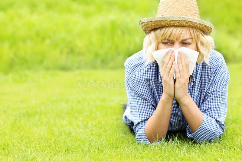 Frau allergisch zum Gras lizenzfreie stockfotos