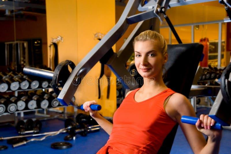 Frau arbeitet in einer Gymnastik aus stockfoto