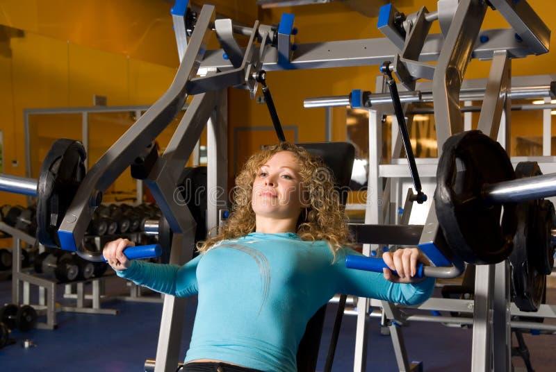 Frau arbeitet in einer Gymnastik aus lizenzfreie stockfotos