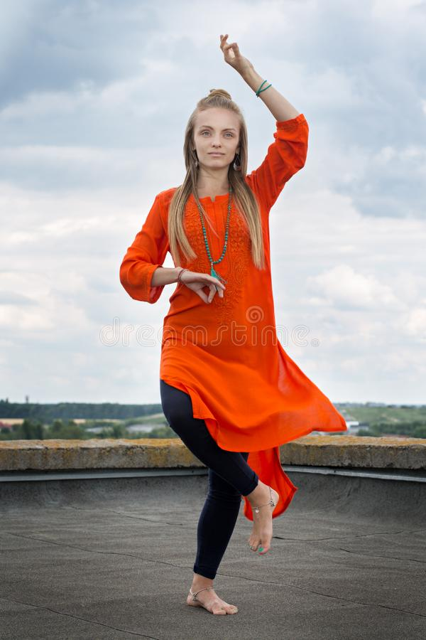 Frau in asana Shiva-Tanz stockbilder