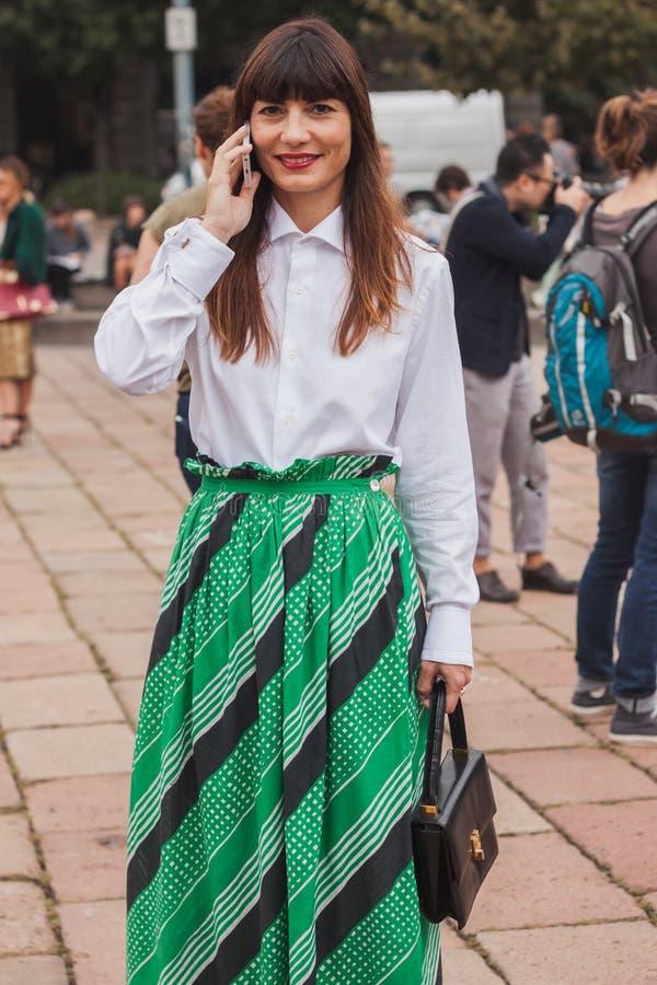 Frau außerhalb Cavalli-Modeschauen, die für Milan Womens Mode-Woche 2014 errichten stockfotografie