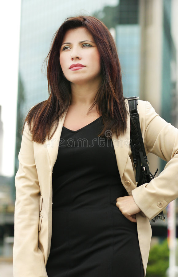 Frau außerhalb der Büros stockfotos