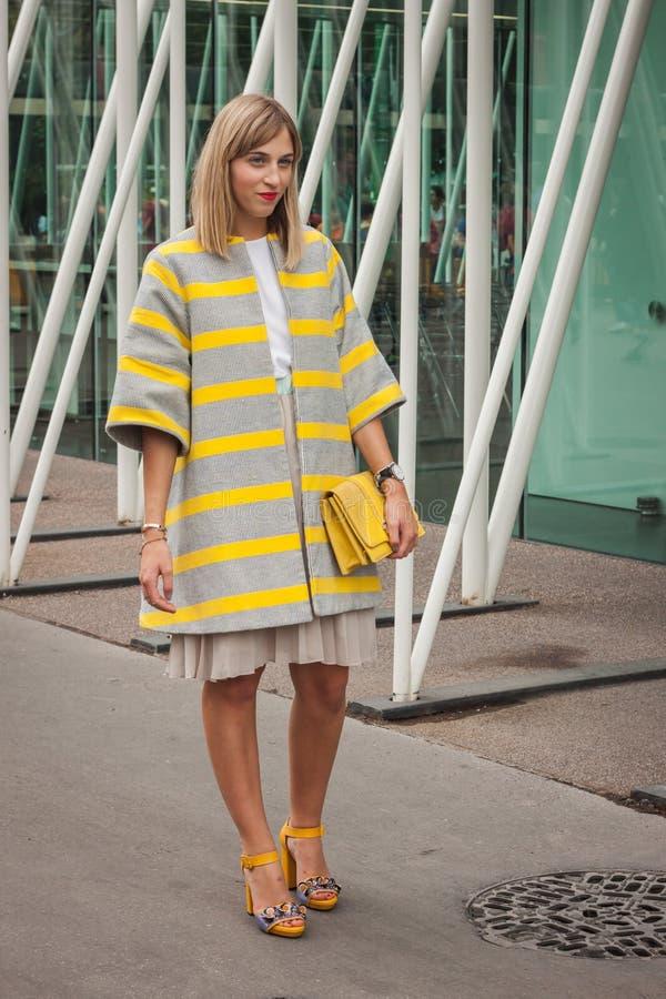 Frau außerhalb Jil Sander-Modeschauen, die für Milan Womens Mode-Woche 2014 errichten lizenzfreies stockbild