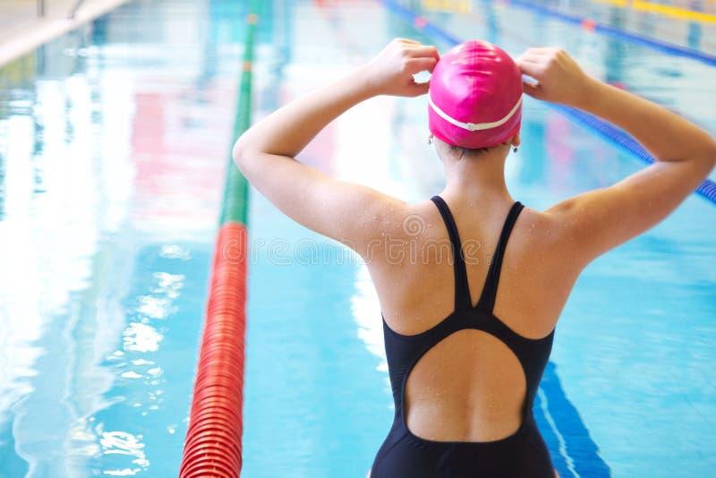 Frau auf Anfang der Schwimmens lizenzfreie stockbilder
