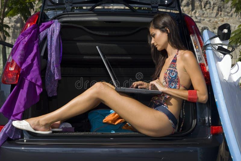 Frau auf Auto lizenzfreie stockfotos