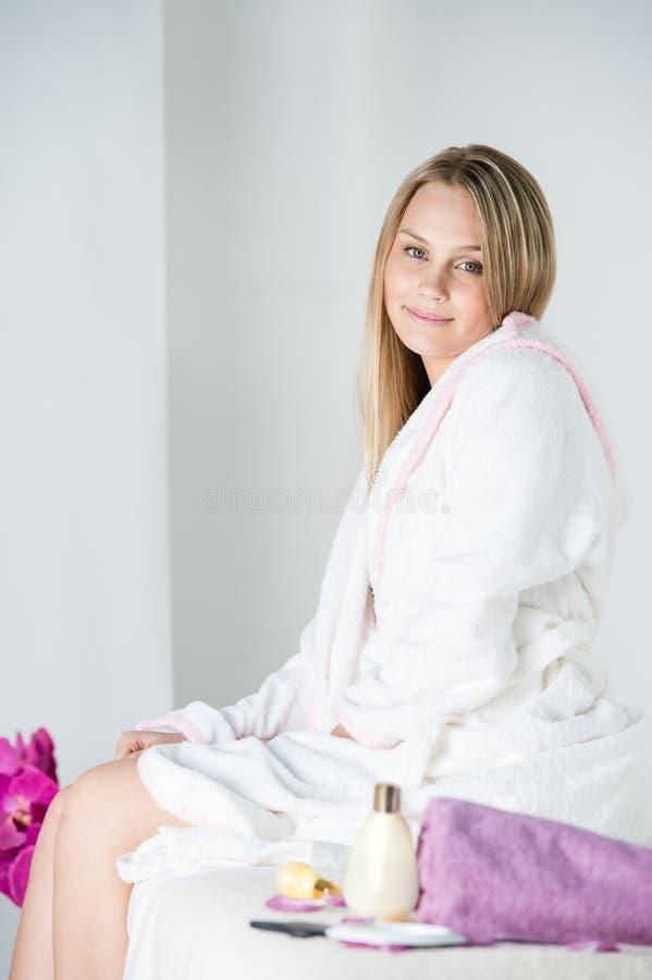 Frau auf Badekurort oder Massage, die auf Tabelle sitzt lizenzfreie stockfotos