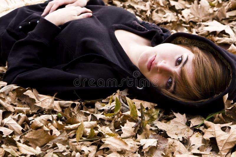 Frau auf Blättern lizenzfreies stockbild