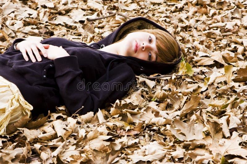 Frau auf Blättern stockfotografie
