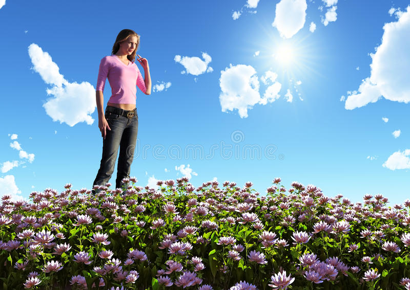 Frau auf blühendem Feld stockbild