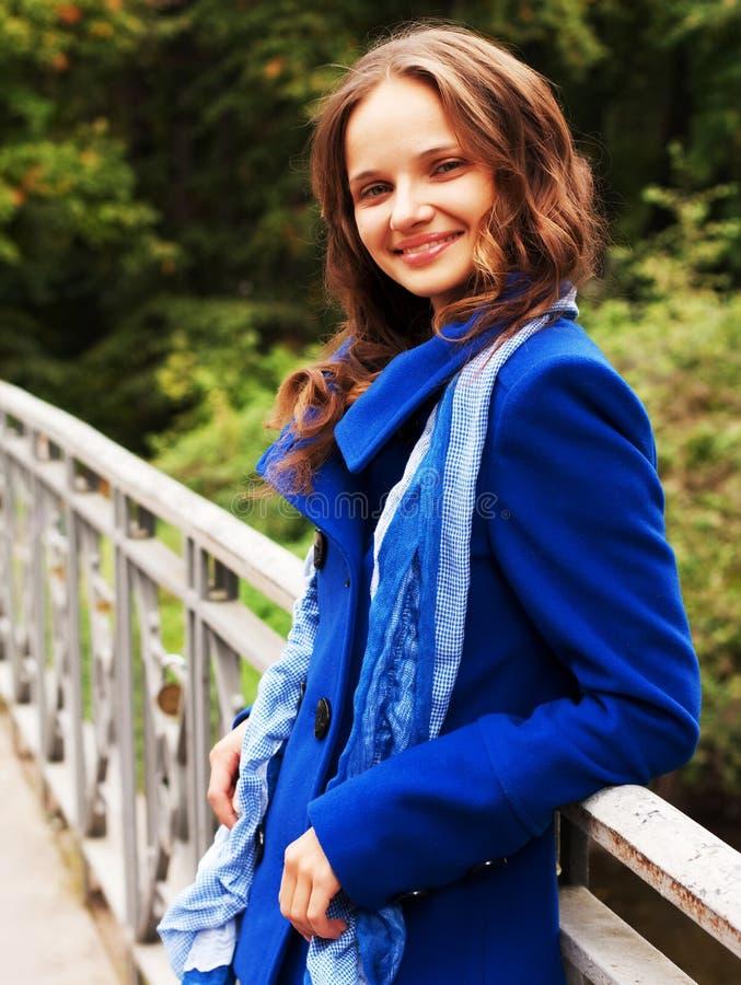 Frau auf Brücke im Herbstpark stockbild