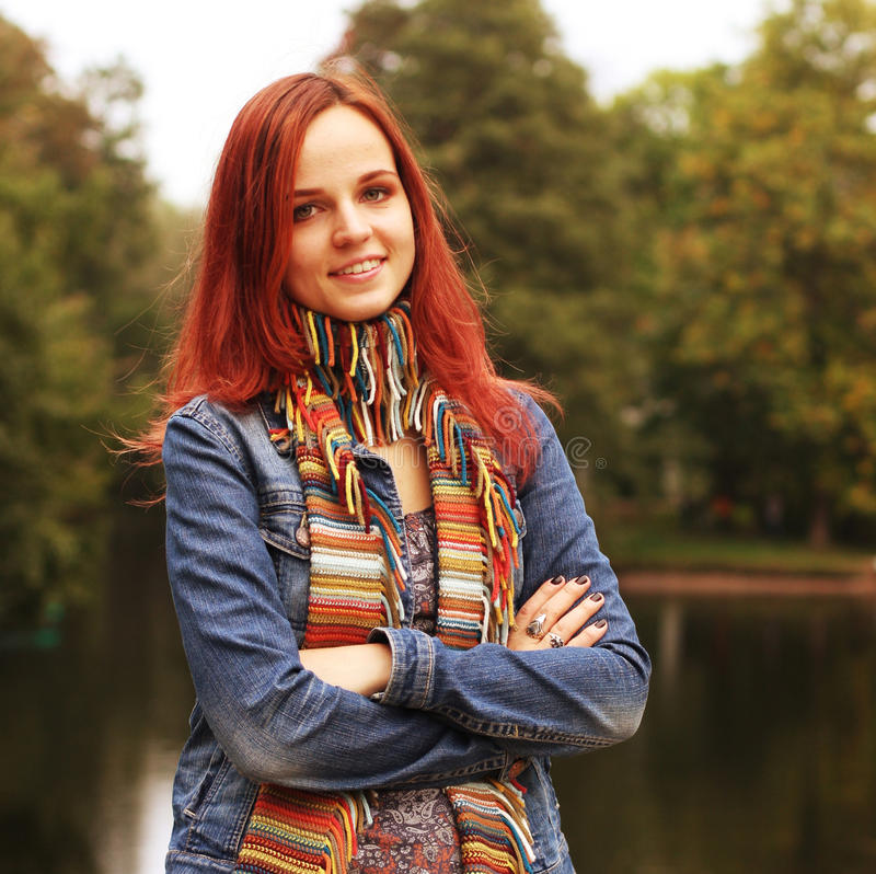 Frau auf Brücke im Herbstpark stockfotografie
