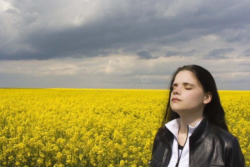 Frau auf canola Feld lizenzfreie stockbilder