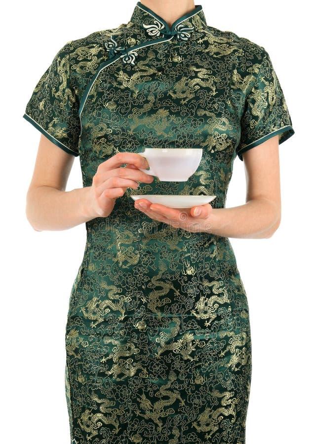 Frau auf Chinesen kleiden das Anhalten einer Tasse Tee lizenzfreie stockfotografie