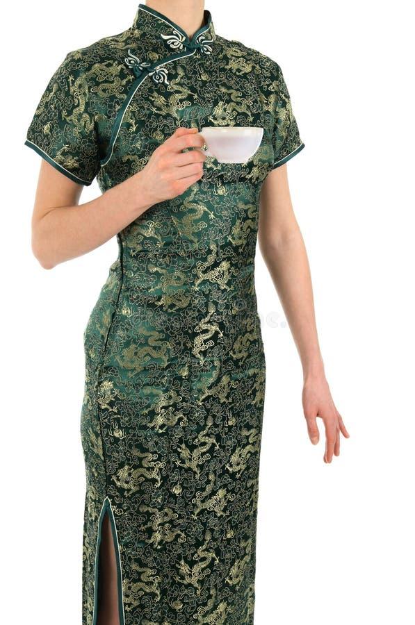 Frau auf Chinesen kleiden mit einer Tasse Tee an stockbild