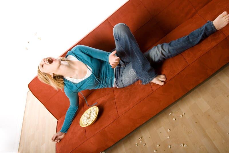 Frau auf Couch stockbilder