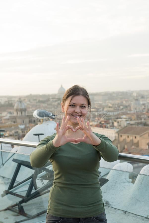 Frau auf Dach in Rom stockbild