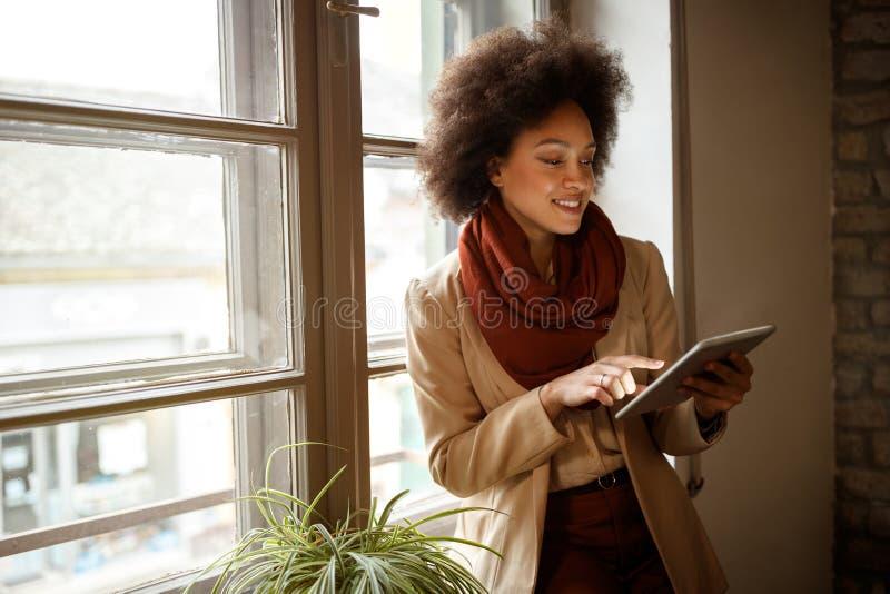 Frau auf dem Arbeitsplatz, der Informationen von iPod nimmt lizenzfreies stockfoto