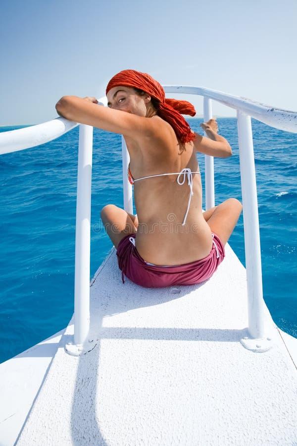 Frau auf dem Bogen, der zurück schaut lizenzfreie stockfotografie