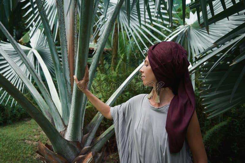 Frau auf dem Hintergrund von Palmen lizenzfreie stockfotografie