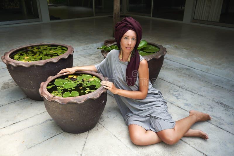 Frau auf dem Hintergrund von Palmen stockfotos