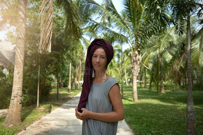 Frau auf dem Hintergrund von Palmen stockfoto
