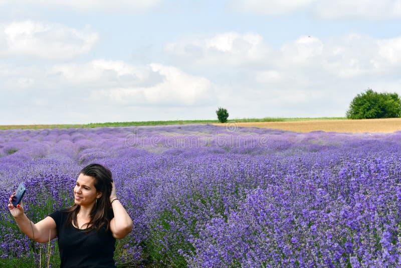 Frau auf dem Lavendelgebiet lizenzfreie stockbilder