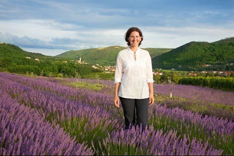 Frau auf dem Lavendelgebiet stockfoto