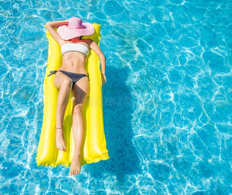 Frau auf dem Luftbett stockbilder