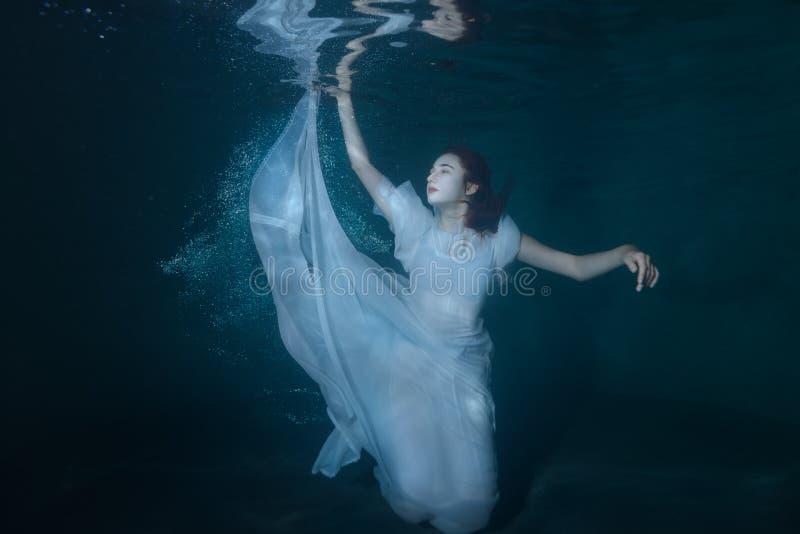 Frau auf dem Meeresgrund lizenzfreie stockfotos