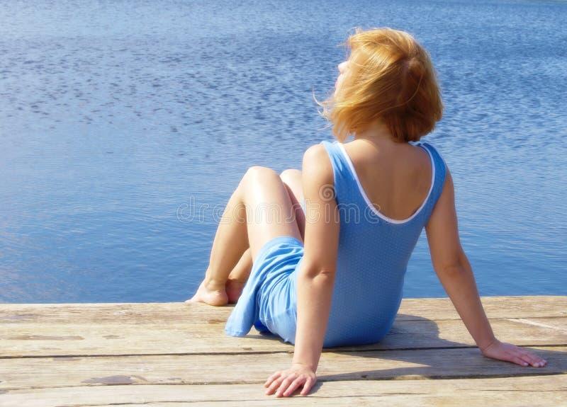 Frau auf dem Pier stockbilder