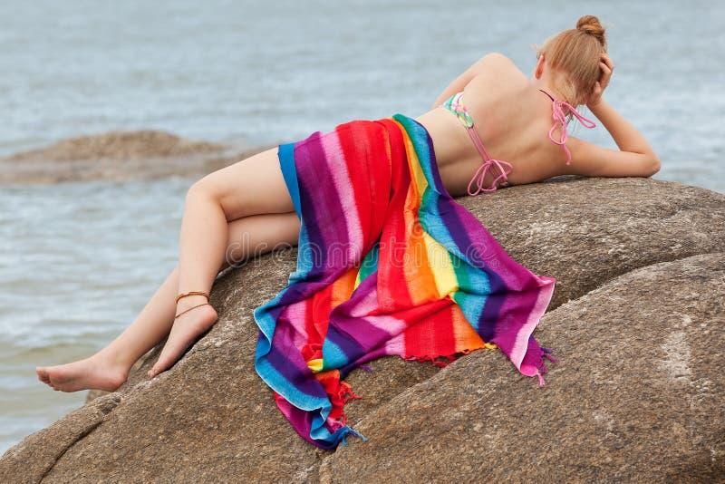 Frau auf dem Strand lizenzfreie stockfotos