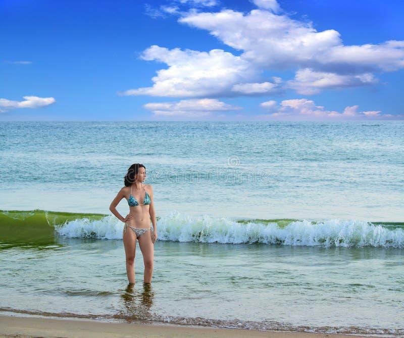 Download Frau auf dem Strand. stockfoto. Bild von glück, paradies - 26362886