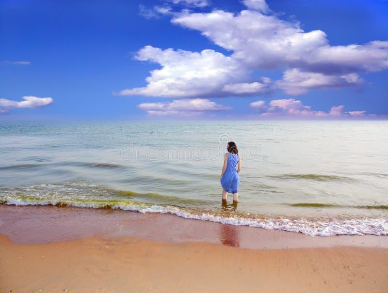 Download Frau auf dem Strand. stockbild. Bild von farben, horizont - 26362897