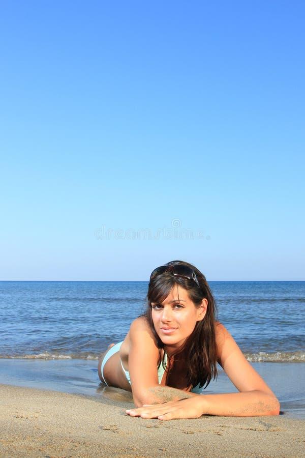 Frau auf dem Strand lizenzfreie stockfotografie