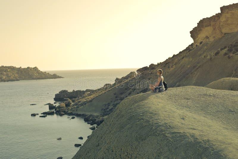 Frau auf dem Strand lizenzfreie stockbilder