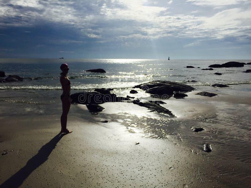Frau auf dem Strand im Sonnenschein lizenzfreie stockfotos