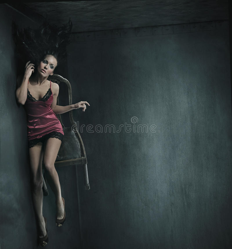 Frau auf dem Stuhl stockbilder