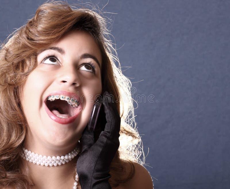 Frau auf dem Telefonlachen lizenzfreie stockbilder