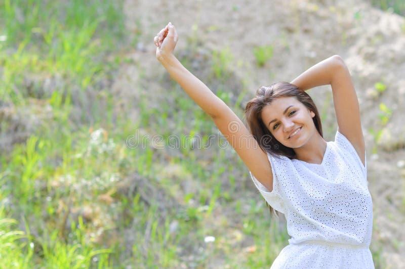 Frau auf dem Weizengebiet genießend, Freiheitskonzept lizenzfreie stockfotografie