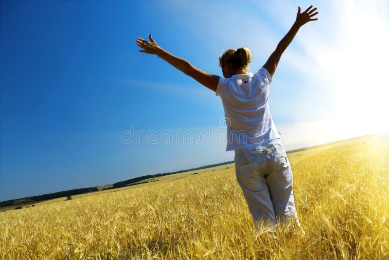 Frau auf dem wheaten Gebiet lizenzfreies stockfoto