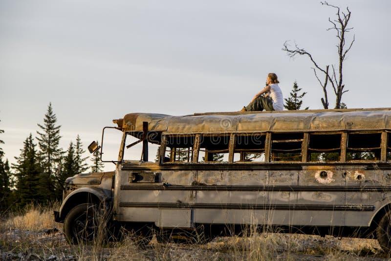 Frau auf den alten Bus lizenzfreie stockfotos