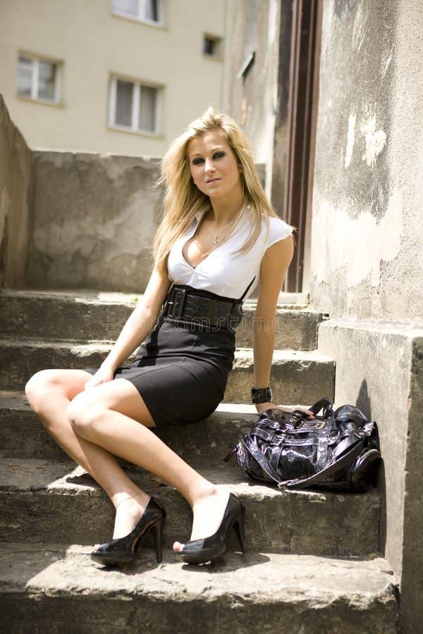 Frau auf den Treppen lizenzfreies stockbild