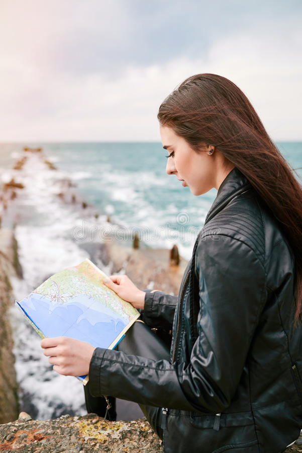 Frau auf der aufpassenden Karte des Piers stockfoto