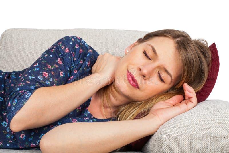 Frau auf der Couch, die Kopfschmerzen hat lizenzfreie stockfotografie