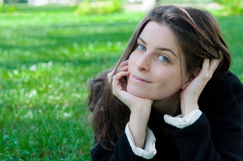 Frau auf der Natur stockfoto
